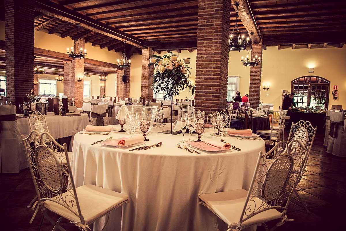 comida de celebración en sala de bodas - Masia Pla dels Catalans